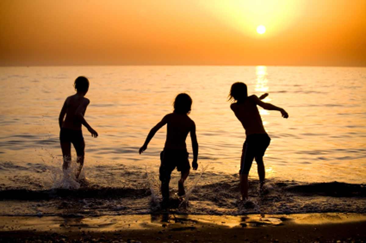 beach-kids-04875474